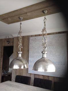 Omdat ik geen kabelgootjes aan het plafond in de keuken wilde, hebben we van steigerhout een constructie gemaakt om de lampen stoer en toch landelijk op te hangen.