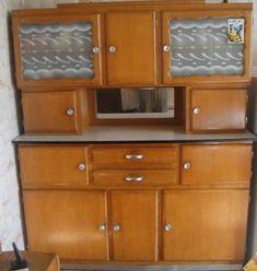 sehr gut erhaltenes restauriertes zweiteiliges k chenbuffet das buffet ist ausgestattet mit. Black Bedroom Furniture Sets. Home Design Ideas
