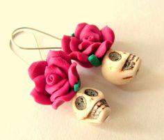 pendientes calabera y rosas, bisuteria dia de los muertos, estilo mexicano, halloween  piedra howlite,flor fimo,polymer clay polimer clay,masa en frio fimo