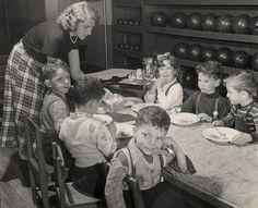 [Schoolchildren enjoying a meal, Jewish Community House of Bensonhurst, Brooklyn], 1949. © Mara Vishniac Kohn, courtesy International Center of Photography.