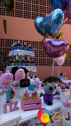 Arranjo de balões metalizados. Formado de balões de passarinho e coração para ser disposto ao lado da mesa principal, festa da Peppa. Créditos: Balão Cultura Peppa Pig, Balloon Arrangements, Desk Arrangements, Kids Part, Animales, Culture, Pictures