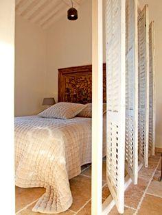 Mehr als 60 Ideen um den Raum stilvoll zu trennen Studio Apartment Layout, Studio Layout, Studio Apartment Decorating, Bedroom Divider, Room Divider Walls, Bedroom Decor, Small Rooms, Small Apartments, Small Spaces