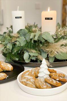 In unserer Küche duftet es schon so herrlich nach Keksen😁🍪. Auf unserem Blog findet ihr, unter anderem, das Rezept für unsere Low Carb Zitronen Kekse mit Mohn🤩. Table Decorations, Fitness, Blog, Home Decor, Poppy, Biscuits, Decoration Home, Room Decor, Blogging