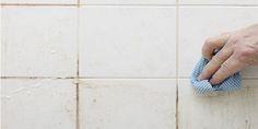 ** Vieze badkamertegels en voegen: • 1/2 kopje zuiveringszout (soda) • 1/2 kopje witte azijn • 1/2 kopje citroensap • 5 liter. water Meng water en soda. Dan citroensap. Voeg witte azijn toe. Het kan gaan schuimen, laat settelen tot schuimen stopt. Doe in spuitfles voor eenvoudig gebruik. Spray of giet het mengsel op de vuile tegels en de voegmortels. Laat de vloeistof een half uur inwerken. Gebruik een spons of een ruwe handdoek en borstel/wrijf het vuil volledig weg. Spoel met water en…