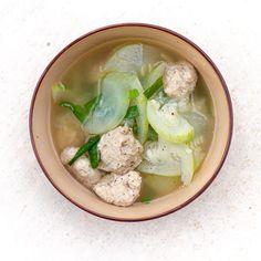 Vietnamese Pork Meatballs Soup with Winter Melon (Canh Mọc Nấu Bí Đao) Pork Patties Recipe, Vietnamese Pork, Vietnamese Cuisine, Vietnamese Recipes, Asian Recipes, Sweet And Sour Soup, Winter Melon Soup, Kabocha Squash Soup, Boiled Vegetables