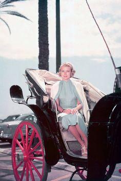 """Grace Kelly in einer Kutsche 1955.... 1955 ist Grace Kelly schließlich auf dem Höhepunkt ihrer Karriere angekommen: Für ihre Rolle in """"Ein Mädchen vom Lande"""" wird der Schauspielstar zuerst mit einem Golden Globe Award und anschließend mit einem Oscar als beste Hauptdarstellerin geehrt. Zur Preisverleihung trägt sie ein mintgrünes Satinkleid von Designerin Edith Head, das bis heute als legendäres Oscarkleid gilt."""