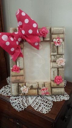 picture frame with Pink polka dot bow, paper flowers and recycled corks Frame Crafts, Diy Frame, Felt Crafts, Easter Crafts, Christmas Deco, Christmas Crafts, Handmade Crafts, Diy Crafts, Art N Craft