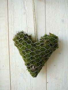 ♕ moss heart would look pretty on garden shed, perhaps with a few flowers growing from it ♥ Also I fell in love withe the painted stones . Chicken Wire Art, Chicken Wire Crafts, Metal Projects, Garden Projects, Garden Whimsy, Growing Flowers, Valentine Decorations, Yard Art, Grapevine Wreath