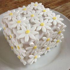 Very Cute Yellow Daisy Summer Wedding Cake