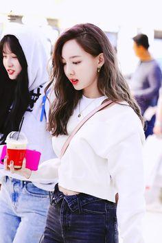 191026 - Nayeon is beautiful and she knows it (+ Momo) : twice South Korean Girls, Korean Girl Groups, Nayeon Twice, Twice Kpop, Im Nayeon, Hirai Momo, Feeling Special, One In A Million, Dahyun