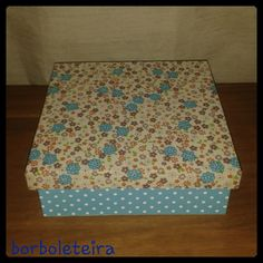 Azul e bege. Com estampa floral na parte superior e estampa de poá na parte inferior.
