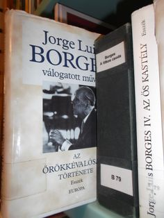 Borges, traducido al húngaro, en la biblioteca pública de Kecskemet.  Borges, translated to Hungarian, at the public library in Kecskemet.