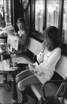 A mudança dos tempos, 1969.  A foto de Henri Cartier-Bresson representa a mudança pela qual o mundo vinha passando naqueles anos de 1969.  Na imagem, uma senhora olha com desdém para uma moça de minissaia no terraço do restaurante Brasserie Lipp, Paris.