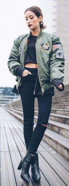 Trend alert: look preto   jaqueta verde militar