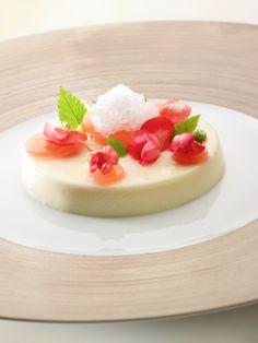 Recept voor panna cotta met granité van vlierbessen en gelei van rozenblaadjes | njam!  Ssite met recepten roger van damme