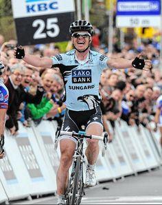 Nick Nuyens, hier als overwinnaar in de Ronde van Vlaanderen, stopt met wielrennen. Hij is 34 en zat zonder ploeg.