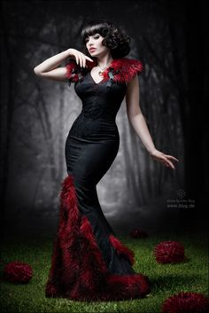 Another dress that would be GREAT with a Vampire masquerade themed shoot...