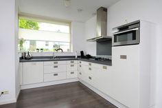 keuken met raam - Google zoeken Interior Paint Colors, Paint Colors For Home, U Shaped Kitchen, Kitchen Layout, Beautiful Kitchens, Interior Design Living Room, Ramen, Modern, Kitchen Cabinets