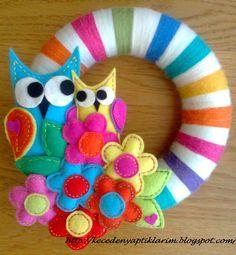 Flores e coruja de feltro para decoração da porta