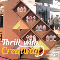 Emociona con creatividad stand para feria estanteria evento original creativa a medida personalizada de carton diseñada por Cartonlab. Thirll with creativity booth for trade show tradeshow fair event shelf bookshelf original creative customized cardboard designed by Cartonlab.