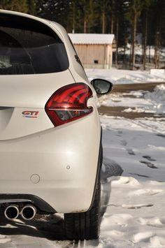 L'hiver a aussi ses petits avantages... Quoi de mieux que de jouer avec une 208 GTi dans la neige ! www.208gti.fr @PeugeotFR Peugeot 208 Gti, Jouer, Belle Photo, Race Cars, Racing, Vehicles, Cars, Home, Motorbikes