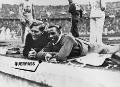 Der deutsche Weitspringer Luz Long knüpft während der Spiele 1936 tatsächlich freundschaftlich Kontakt zu seinem andersfarbigen Gegner Jesse Owens. Der Führer ist außer sich.