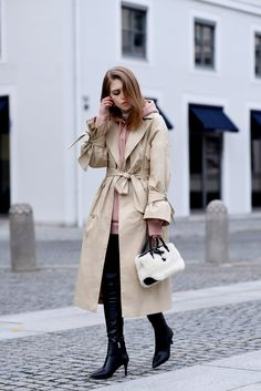 More on www.offwhiteswan.com  Edited Trenchcoat, Rose Hoodie by H&M, Fur Bag by Longchamp, Skinny Leather Pants, Stilettos by &OtherStories, Layering, Spring Streetstyle, Fashion, Trend 2017, Statement Sleeves #swantjesoemmer #offwhiteswan