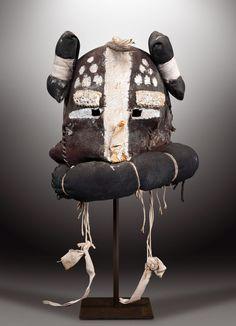 De 70 Hopi-maskers die vandaag op een veiling in Parijs verkocht zijn, hebben meer dan 900.000 euro opgebracht. De veiling was omstreden omdat de Amerikaanse…