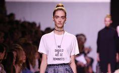 Feminismo y moda ya no son polos opuestos. Cada vez más personalidades de la industria se unen a la lucha por esta causa, entre ellos, Maria Grazia Chiuri en su primer desfile para Dior.