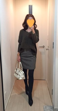 Khaki sweater: TOPSHOP, Houndstooth skirt: MACKINTOSH PHILOSOPHY, White bag: J&M DAVIDSON, Boots: Fabio Rusconi ニット タイトスカート チェック
