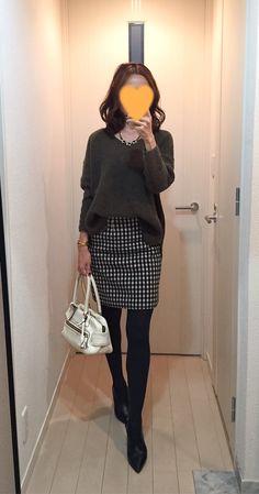 Khaki sweater: TOPSHOP, Houndstooth skirt: MACKINTOSH PHILOSOPHY, White bag: J&M DAVIDSON, Boots: Fabio Rusconi