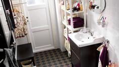 Kleines, geteiltes Badezimmer u. a. mit HEMNES Waschbeckenschrank mit 2 Schubladen, HEMNES Spiegelschränken mit 1 Tür und HEMNES Bank schwar...