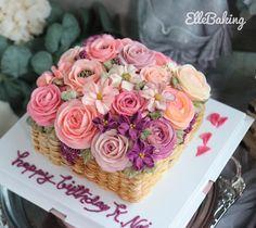 "ElleBaking FlowerCake on Instagram: ""เค้กตระกร้าดอกไม้ ช่วงนี้ทรงสี่เหลี่ยมลูกค้าสั่งบ่อยๆ โทนสีสดใส size L สนใจสั่งเค้ก หรือ สนใจลงเรียน ทักมาได้คะ line id: @ellebaking"" Buttercream Flower Cake, Vanilla Cake, Desserts, Food, Tailgate Desserts, Deserts, Essen, Postres, Meals"