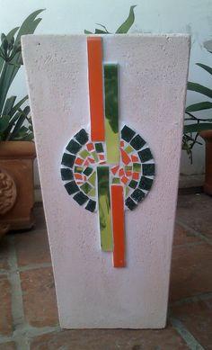 Patinada de 50 cm de alto. Mosaic Diy, Mosaic Crafts, Mosaic Projects, Mosaic Wall, Mosaic Glass, Pebble Mosaic, Mosaic Planters, Mosaic Flower Pots, Mosaic Garden