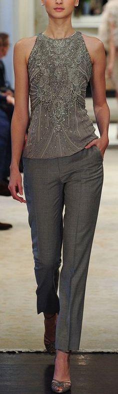 Halslijn wellicht minder geschikt maar mooie belijning in de versiering van deze top. Prima broekje ook.