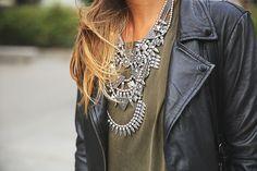 trendy-taste-look-outfit-street-style-ootd-blog-blogger-fashion-spain-moda-españa-boyfriend-vaqueros-jeans-steve-madden-sandalias-verano-primavera-leather-jacket-chaqueta-cuero-khaki-caqui-ripped-rotos-10