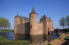 Test je kennis over Ridders en kastelen met het ganzenbord: 'Vroeger en zo'. Je kunt het alleen of met z'n tweeën spelen. Vul je naam in en klik op verder.