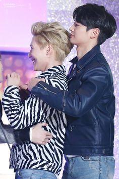 Jajaja aun recuerdo ese corazón de manos de taemin es para Key  awards / SHINee