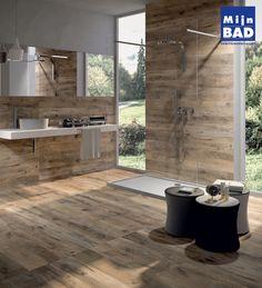 Een bijzonder sfeervolle badkamer met mooie houtlook tegels.