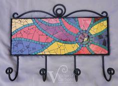Perchero con mosaico sobre base de hierro. Diseño y realización: Victoria Carboni Mosaic Tray, Mosaic Pots, Mosaic Garden, Mosaic Glass, Mosaic Tiles, Mosaic Artwork, Mosaic Wall Art, Mosaic Crafts, Mosaic Projects