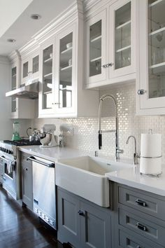 Love the cabinets going to the ceiling. Less dusting! #Kitcheninterior