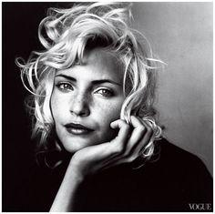 irving penn. Penn adquirió fama por sus elegantes y glamorosos retratos femeninos publicados en Vogue. En sus fotografías, el sujeto solía posar ante un sencillo fondo blanco o gris, usando la simplicidad más efectivamente que otros fotógrafos de la época. Recibió el premio Hasselblad en 1985, y dos años más tarde fue galardonado con el Premio de Cultura de la Asociación Alemana de Fotografía.