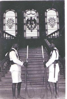 Son soldados de la Guardia colonial que custodian la entrada al palacio del gobernador general de la Guinea española en Santa Isabel (Malabo) de la isla Fernando Poo (Bioko). En la época de Franco. - Los últimos territorios españoles en África (1898–1975).