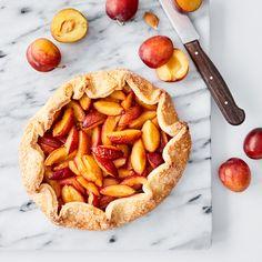 Dette er en berømt fransk kake ved navn «Galette». Rustikk og dekorativ – og en måte å vise alle at plommer burde brukes mye, mye mer til baking. Alternativt kan du bytte ut plommene med epler, bær eller enhver steinfrukt. Server med vani … Apple Pie, Sweets, Vegan, Cakes, Ethnic Recipes, Desserts, Food, Apple Cobbler, Sweet Pastries