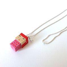 Pendentif sautoir poupée cubique madammag rouge et rose à petits cœurs.