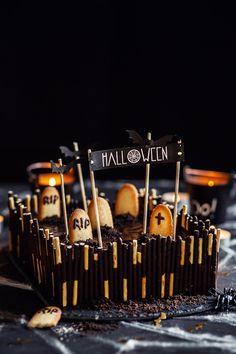 Vous ne pouvez pas fêter halloween sans ce gâteau hyper facile à faire et qui en jette ! Les enfants seront ravis de le faire avec vous. :) Oreo, Halloween Celebration, Caramel Apples, Cheddar, Cake, Food, Chocolate Morsels, Cooking Recipes, Cooking Food