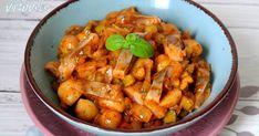 Svogūnus supjaustyti smulkiais kubeliais ir apkepti keptuvėje su aliejumi. Įmaišyti pomidorų padažą ir trumpai patroškinti. Palikti atvėsti., Pievagrybius, agurkėlius, silkių filė supjaustyti , česnaką susmulkinti., Į dubenį dėti atvėsusius svogūnus, pievagrybius, agurkėlius,