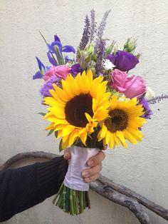 bouquet de tonos purpuras con un toque alegre de girasoles