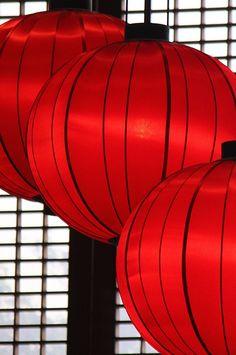Raise the striking red lanterns!