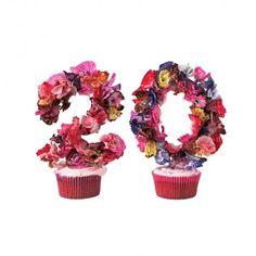 Pour fêter les années qui passent, réaliser de jolis chiffres en carton et fleurs de papier. Sur Marie Claire Idées .com